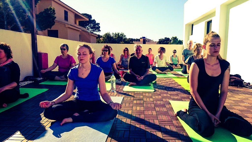 Yoga am Meer Yogaferien mit Stefan Dachterasse Meditation Internet