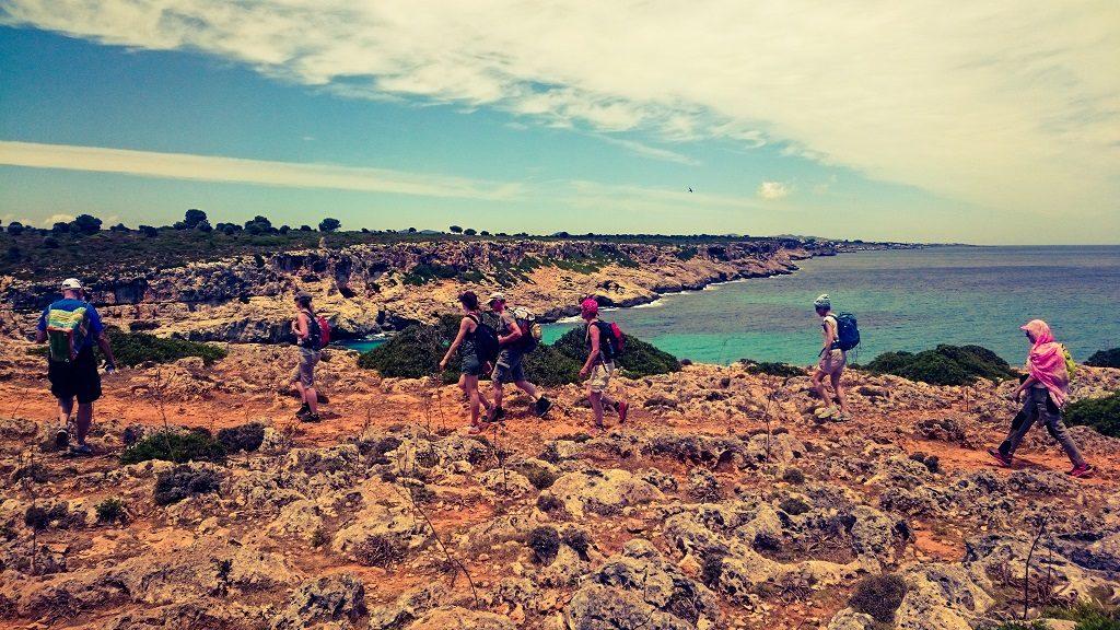Yogaferien am Meer Wanderausflug Cala Romantica Steilküste Internet