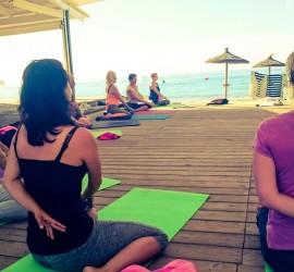 Yogaferien am Meer Yogaklasse am Strand Entspannt Internet