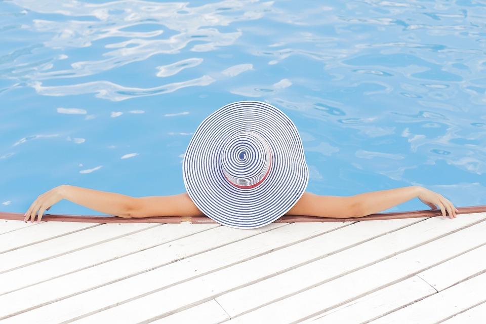 Frau am Swimmingpool